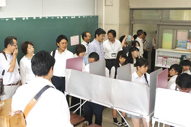 高校生の模擬投票の様子を見学する広報広聴委員会委員