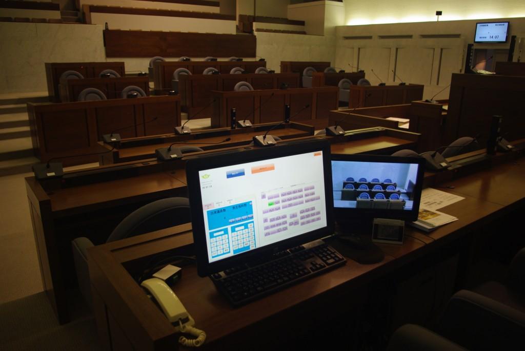 発言者のスピーカーや発言の残り時間などを管理する事務局席