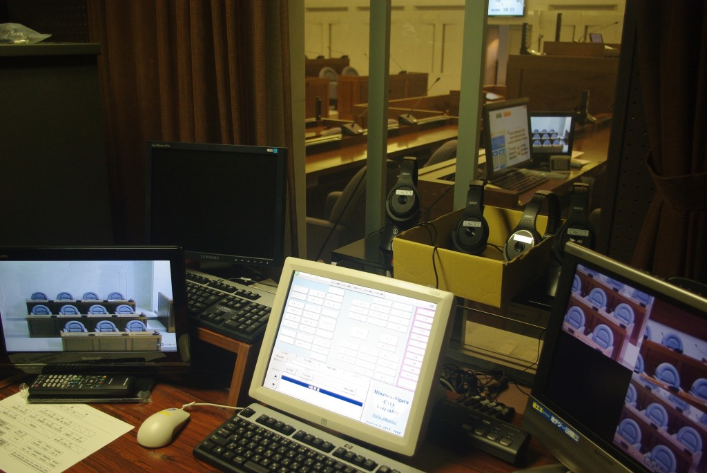 インターネット配信を行う議場裏手の別室。職員が発言者のテロップや画像の切り替えを行う