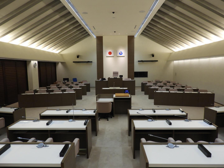 議場全景。天井のデザインは古民家をイメージしている。