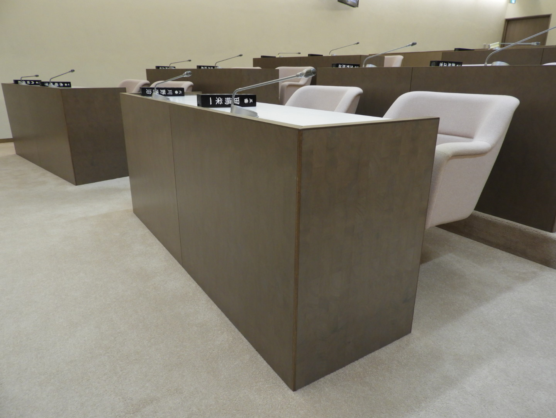 特産のクスノキを使用した議場の机