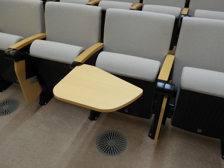 記載テーブルが設置されている傍聴席